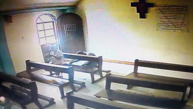 Cámaras de seguridad en una iglesia en Barberena, Santa Rosa, captaron un robo. (Foto Prensa Libre: Facebook Parroquia San José Frailes Franciscanos)