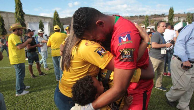 José Calderón celebró junto a su familia el título con Guastatoya. (Foto Prensa Libre: Norvin Mendoza)