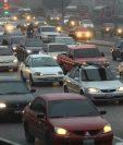 A la Ciudad de Guatemala se estima que ingresan de municipios aledaños un millón de vehículos cada día. (Foto Prensa Libre: Hemeroteca PL)