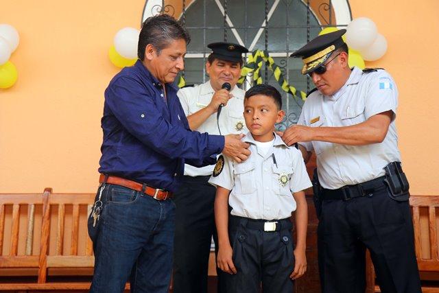 El niño Mario Antonio Morales Mazariegos asume como comisario de la PNC por un día. (Foto Prensa Libre: Rolando Miranda)