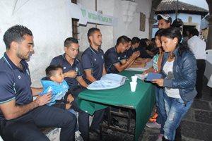 Los jugadores coloniales dieron una firma de autógrafos previo al evento. (Foto Prensa Libre: Miguel López)