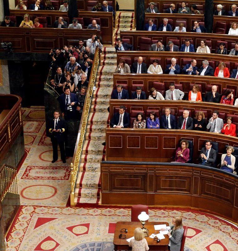 Mariano Rajoy (i) interviene en la primera jornada de la moción de censura en el Congreso.(EFE).