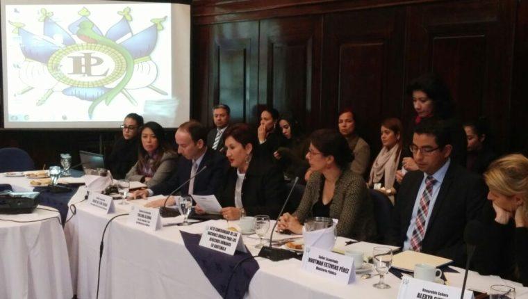 La Fiscal Thelma Aldana en la reunión con la bancada oficial para explicar las Reformas a la Constitución. (Foto Prensa Libre: Jessica Gramajo)