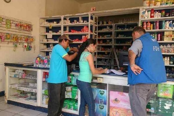 trabajadores de la Procuraduría de Derechos Humanos supervisan precios en Chiquimula.