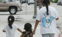 IMMOKALEE MIAMI FLORIDA EE.UU, INMIGRANTES GUATEMALTECOS QUE TRABAJAN EN EE.UU, EN  LA FOTO UNA FAMILIA  QANBOBAL  ORIGINARIOS DE HUEHUETENANGO  CAMINA  POR LAS CALLES JUNTO A SUS HIJOS  EN BUSCA DE UN FUTORO, F/ESBIN GARCIA.