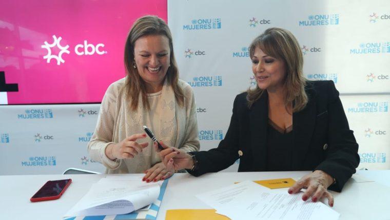 Adriana Quiñones, representante de país de Onu Mujeres en Guatemala y Rosa María de Frade Directora de Asuntos Corporativos de Cbc firman el convenio de adhesión de dicha empresa a los siete principios para el empoderamiento de las mujeres. (Foto, Prensa Libre: Esbin García).