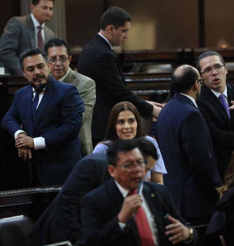 Diputados durante la sesión en la que fue aprobado el préstamo con el BID. (Foto Prensa Libre: Carlos Hernández).