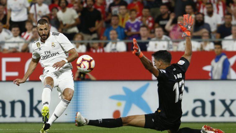 Karim Benzema ha sido clave para el Real Madrid que se encuentra en el primer lugar de La Liga. (Foto Prensa Libre: AFP)