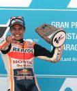El piloto español Marc Márquez celebra su victoria en la carrera de MotoGP del Gran Premio Movistar de Aragón. (Foto Prensa Libre: EFE)