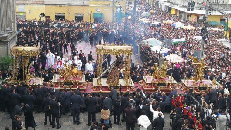 Fieles observan salida de procesión con la Imagen de Jesús de La Merced, zona 1 de la capital. (Foto Prensa Libre: Óscar Rivas).