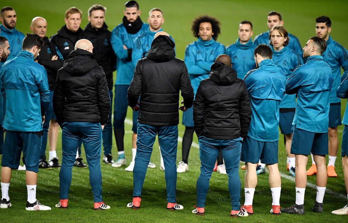 Los jugadores del Real Madrid, escuchan a su técnico Zinedine Zidane durante el entrenamiento en el Parque de los Príncipes. (Foto Prensa Libre: AFP)