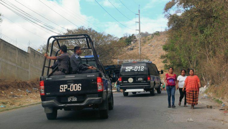 Patrulla del Sistema Penitenciario se dirige al preventivo de la zona 18. (Foto Prensa Libre: Hemeroteca PL)