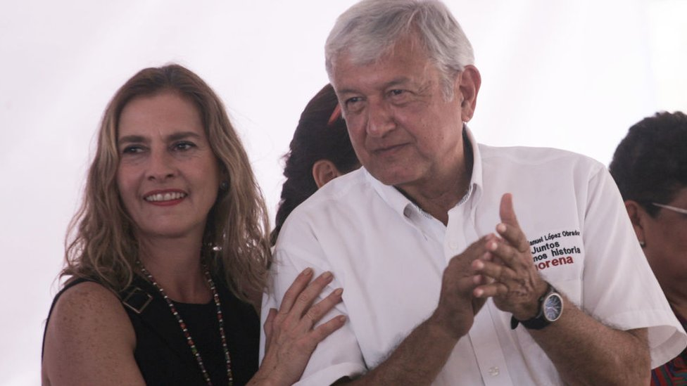 Beatriz Gutiérrez Müller acompaña en mitin a Andrés Manuel López Obrador. (Foto Prensa Libre:AFP).
