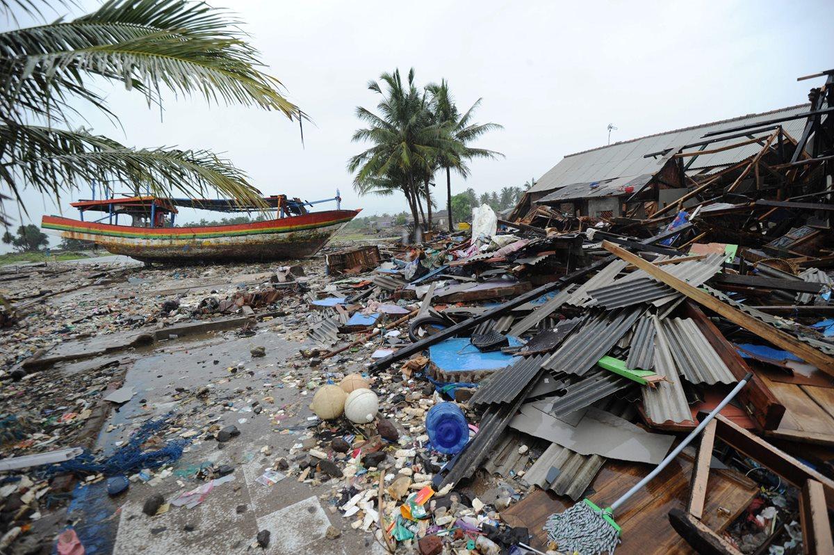 Los destrozos que ocasionó la gran ola dejó a miles de familias sin hogar. (Foto Prensa Libre: AFP)