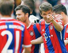 Thomas Mueller —centro— celebra el gol que marcó ayer, en el triunfo de los bávaros. (Foto Prensa Libre: AP)