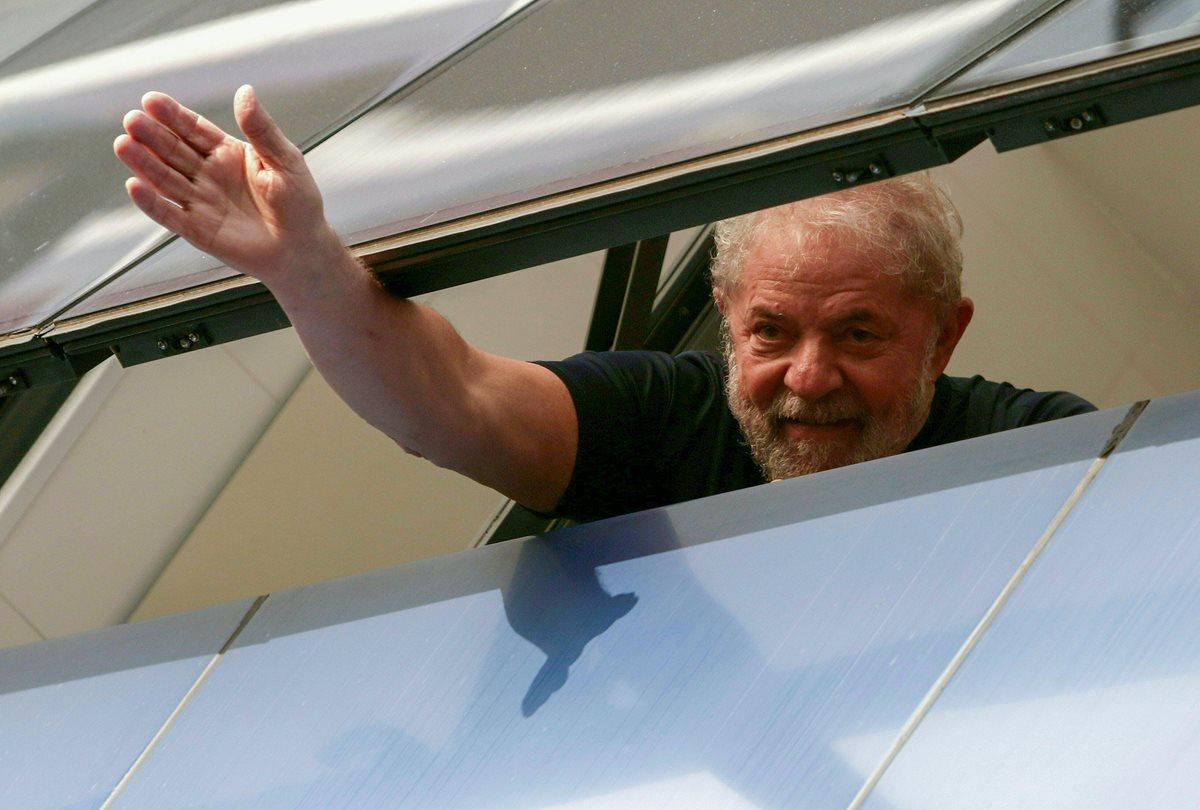 Desde dentro del sindicato de metalurgia, Lula da Silva se despide de las personas este sábado.