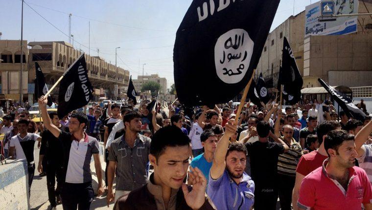 Seguidores del grupo terrorista Estado Islámico recorren Faluya,Irak.(AFP).