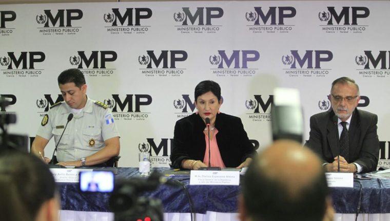 Nery Ramos, director de PNC; Thelma Aldana, jefa del MP, e Iván Velásquez, director de Cicig, informan en conferencia de prensa los avances de la investigación. (Foto: Carlos Hernández)