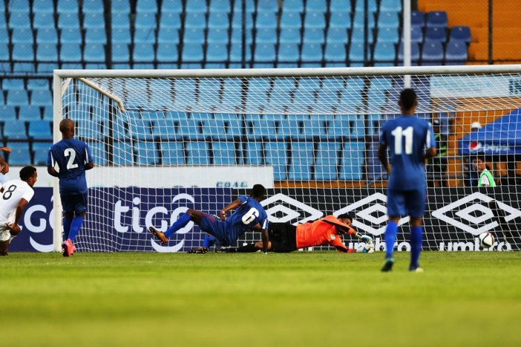 José Márquez anota el primer gol de Guatemala contra Cuba. (Foto Prensa Libre: Francisco Sánchez).