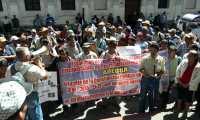 Un grupo de exmilitares piden frente al Confreso aumento de pensión. (Foto Prensa Libre: E. Paredes)
