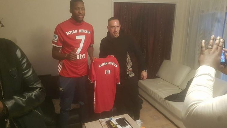 Franck Ribery le entregó a Theo una camisola del Bayern Múnich. (Foto Prensa Libre: Facebook)
