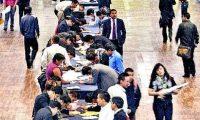 En el mundo, miles de jóvenes acuden a ferias de empleo, en busca de un trabajo que les ofrezca beneficios.