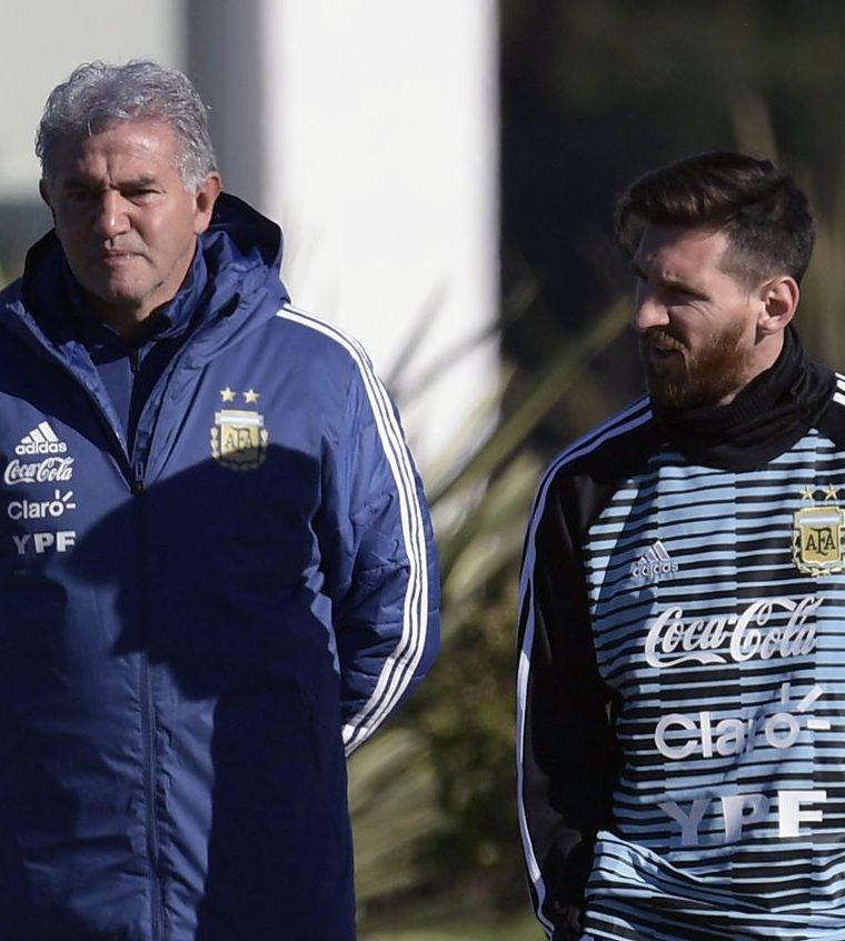 Messi junto Jorge Burruchaga del cuerpo técnico de la selección argentina, previo al entrenamiento. (Foto Prensa Libre: AFP)