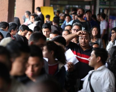 Las largas filas en Migración para solicitar y entregar pasaportes se forman desde temprano, pero personal de esa institución revisan los requisitos con el fin de evitar cobros de tramitadores. (Foto Prensa Liber: Esbin García)