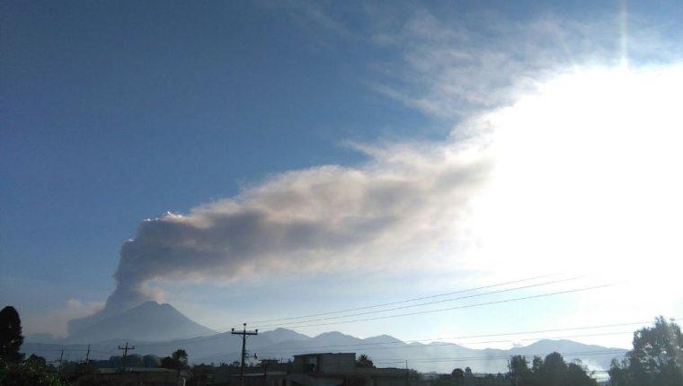Actividad que registra el Volcán de Fuego la tarde de este martes. (Foto Prensa Libre: Cesar Pérez Marroquín).
