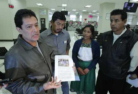 Carlos Loarca  Solórzano, asesor legal de Plurijur,  muestra el informe que contiene las evidencias presentadas en el Ministerio Público.