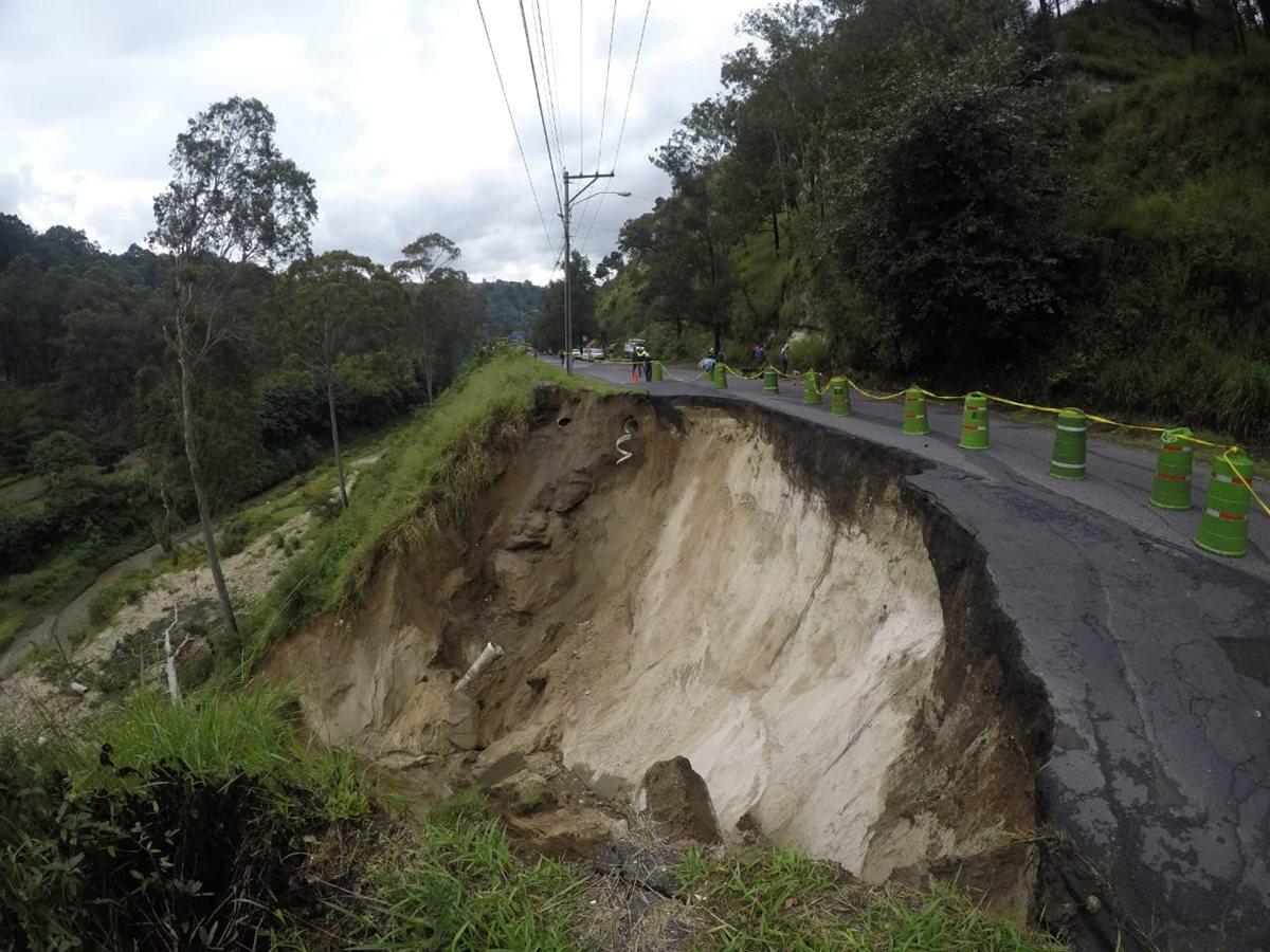 Área afectada por un socavamiento en el bulevar Sur de San Cristóbal. (Foto Prensa Libre: Óscar Rivas).