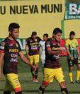 Los jugadores de Marquense abandonaron con tristeza el estadio David Cordón Hichos. (Foto Prensa Libre: Hugo Oliva)