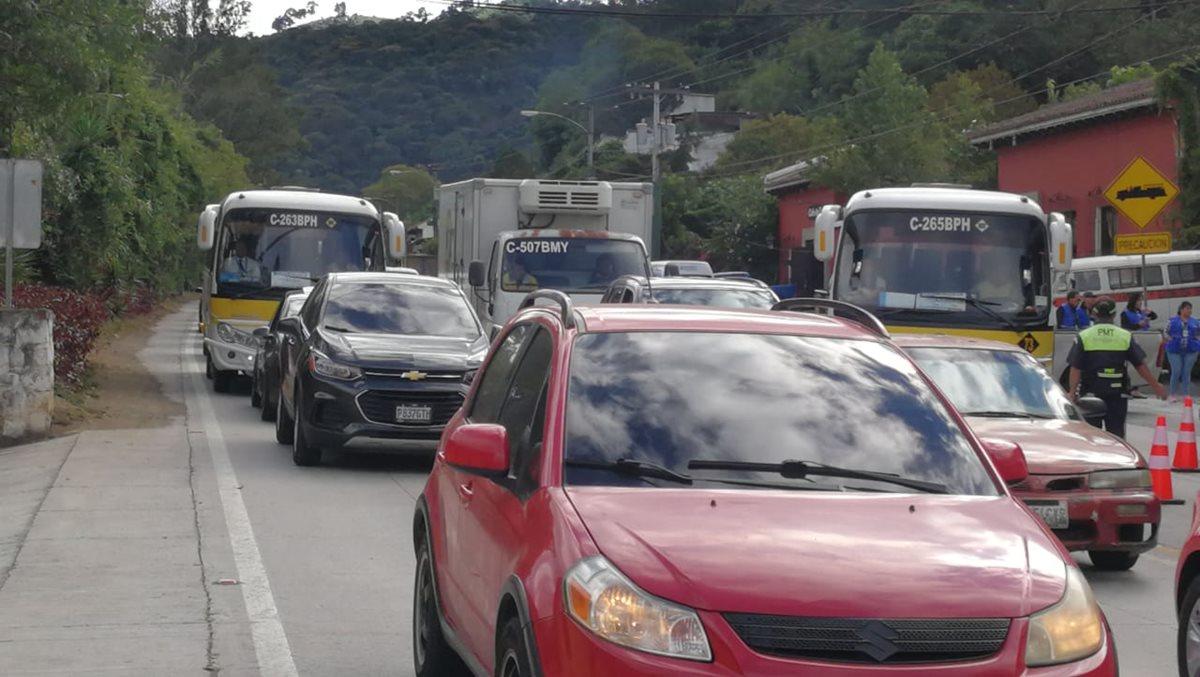 El tránsito vehicular fue lento en el ingreso a la Antigua Guatemala debido a la presencia de presidentes y jefes de Estado en la Cumbre Iberoamericana. (Foto Prensa Libre: Esbin García)
