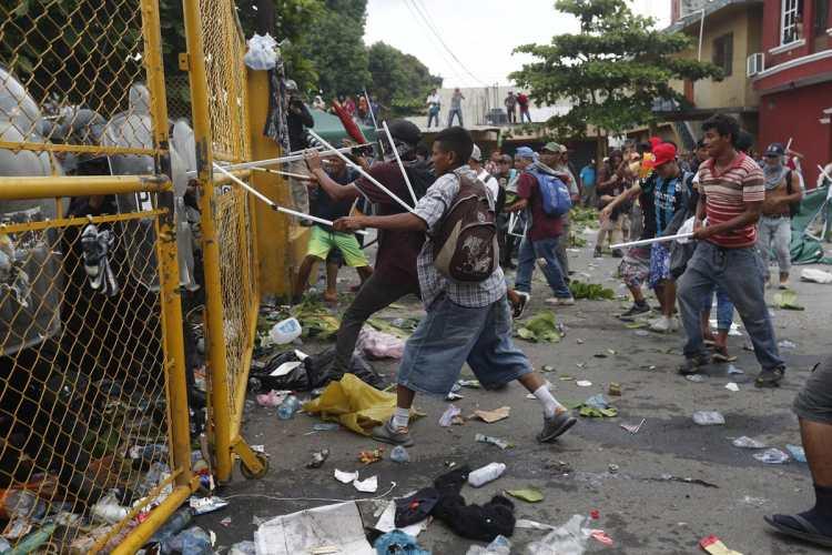Los migrantes intentaron de varias formas romper la valla que les impedía llegar a la frontera mexicana.