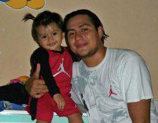 Juan García  aparece junto a su hija en una foto familiar del 2011. (Foto Prensa Libre: Óscar González)