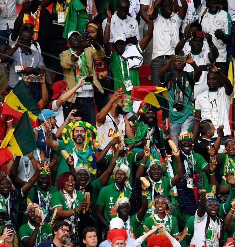 Los aficionados de Senegal celebran el triunfo de su selección contra Polonia. (Foto Prensa Libre: AFP)