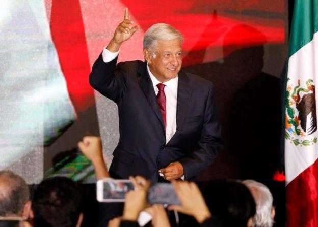 Andrés Manuel López Obrador celebra con sequidores la victoria presidencial. (Reuters)
