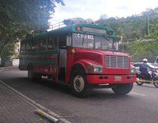 Hombres armados atacaron un autobús en el Trébol de Vista Hermosa, zona 15. (Foto Prensa Libre: La Red)