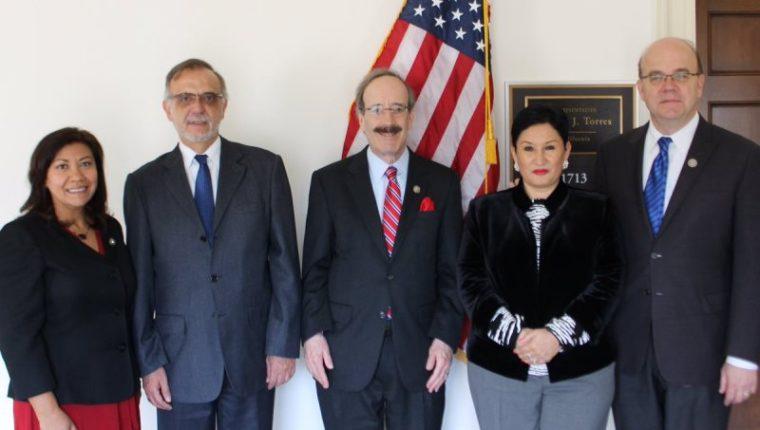 Los congresistas demócratas Norma Torres, Eliot Engel y Jim McGovern durante una reunión con el comisionado Iván Velásquez y la fiscal Thelma Aldana en marzo de 2017. (Foto Prensa Libre: @NormaJTorres).