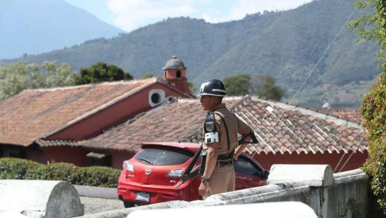 Las medidas de seguridad fueron incrementadas en los ingresos de Antigua Guatemala. (Foto Prensa Libre: Esbin García)
