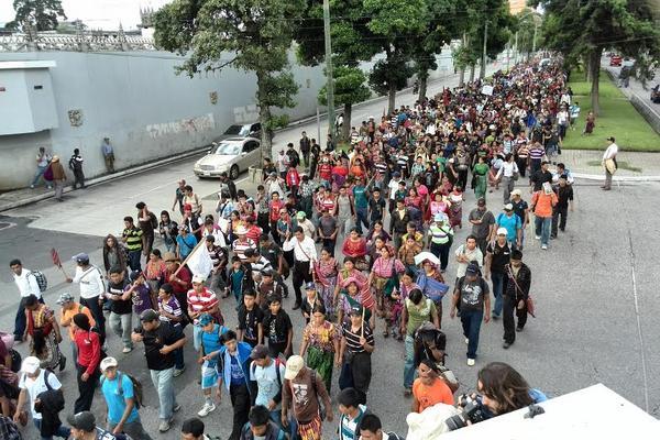 Manifestantes atraviesan la avenida Reforma. (Foto Prensa Libre: Erick Ávila)