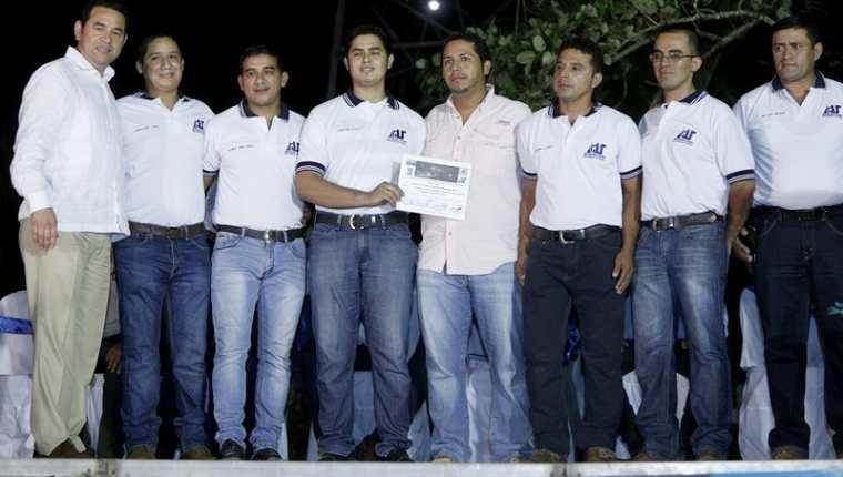 Jimmy Morales participó en la inauguración del proyecto de iluminación del puente Río Dulce. (Foto Prensa Libre: Dony Stewart)
