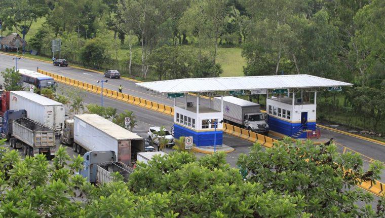 Las unidades de transportes en el Puesto Fronterizo El Corinto tardan en promedio una hora para poder ingresar a Guatemala o Honduras con mercancías. (Foto: Prensa Libre Hemeroteca)