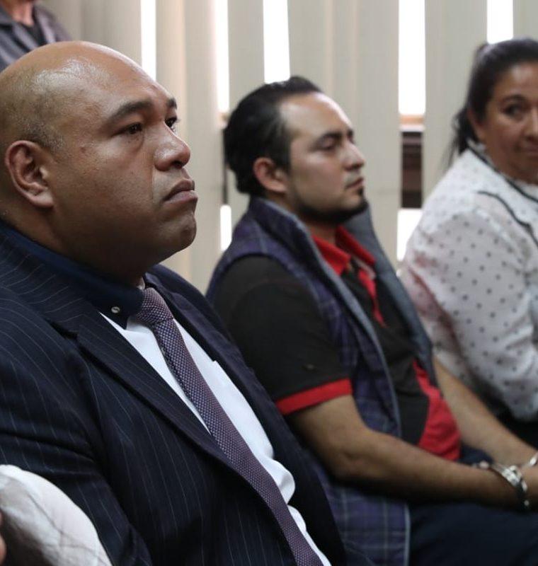 El abogado Benjamín Estrada y los trabajadores de Presidios al escuchar la sentencia. (Foto Prensa Libre: Paulo Raquec).
