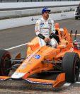 Fernando Alonso posó para los medios luego de terminar la clasificación. (Foto Prensa Libre: EFE)