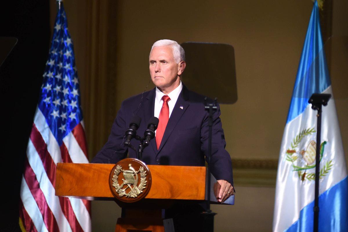 El vicepresidente Mike Pence interviene durante la conferencia conjunta con los mandatarios del Triángulo Norte. (Foto Prensa Libre: AFP)
