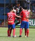 Marco Pablo Pappa recibe la felicitación de sus compañeros de equipo después de anotar el segundo gol de Municipal en la victoria 2-0 contra Siquinalá. (Foto Prensa Libre: Jorge Ovalle)