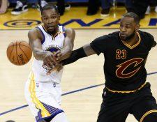 Kevin Durant intenta superar a LeBron James durante el segundo juego de la final de la NBA. (Foto Prensa Libre: AFP)