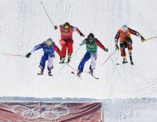 David Duncan (anaranjado) durante su competencia en los cuartos de final de Ski Cross. (Foto Prensa Libre: AFP)