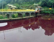 El agua del río quedó de roja luego de que empresas depositarán sus desechos en el afluente. (Foto Prensa Libre: Hemeroteca PL)